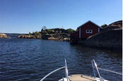 Her ønsker eieren å rive den gamle bebyggelsen, som opprinnelig er en sjøbod. Ideen er å bygge ny hytte.