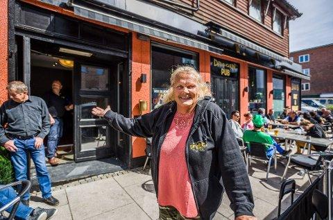 På solsiden: Ingvild Rødje gleder seg over mange gjester på Dragen pub etter at stedet slet i flere måneder etter Cewex-brannen.