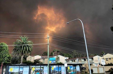 AUSTRALIA I FLAMMER: Brannmannskapene er maktesløse mot de enorme naturkreftene. Dette er fra Batemanns Bay, et av de hardest rammede lokalsamfunnene.