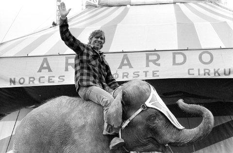 Dette bildet er fra 1984: Cirkus Arnardo ønsker velkommen til forestilling i Fredrikstad.  Foto: Harald Nielsen, FB 22.09.1984