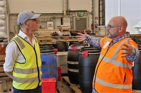 BLE OPPDATERT: Daglig leder Fredrik Andresen  hos Batteriretur fortalte Jonas Gahr Støre om nyetableringene og planene for fabrikken på Øra. Ap-lederen fikk omvisning på bedriften fredag. (Foto: Øivind Lågbu)