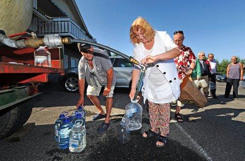 SLIK VAR DET FØR: Vannforsyningen til Saltnes brøt sammen flere ganger. I 2018 ble det satt inn en trykkforsterker som gir innbyggerne i området nok vann dersom de er lojale og følger vanningsforbudet med hageslange.