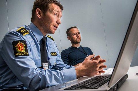 KOORDINERT AKSJON: Yngve Myrvoll (til venstre) i Troms politidistrikt forteller at politiet pågrep de siktede i Bodø i en koordinert aksjon. Her sammen med Anders Magnus Jensen i politiets datakrimgruppe i forbindelse med en annen sak.