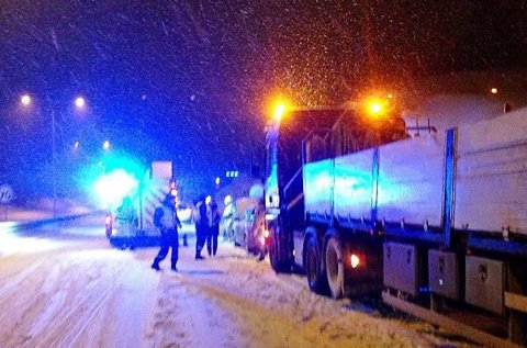 KRASJ: En bil og semitrailer kolliderte på E18 ved Bentsrud. Foto: Vestfold Interkommunale Brannvesen