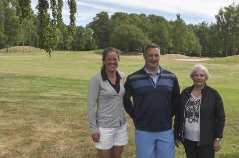 FORNØYD: Borre Golfbane hadde en tøff vinter, men har klart å holde åpen i motsetning mange andre baner. Det er Karin Sjödin (f.v.), Per Håkon Eikeberg og Inger Holth glade for.