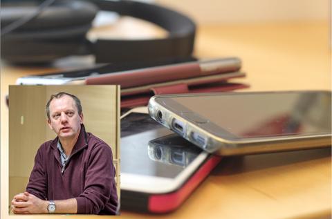 Rektor Trond Niemi sier at skolen vurderer å bli helt mobilfri.