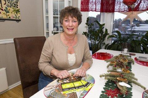 Glad vinner: Liv Harbosen fra Kongsvinger ble den heldige hovedvinneren av nissejakten i Glåmdalen og fikk overrakt gavekort på 6000 kroner.