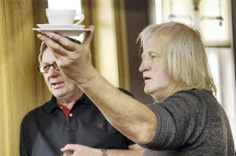 50?: Får jeg 50 kroner? Auksjonarius Karl Tore Ness (t.v.) og Kåre Hardang i Trøgstad auksjonsforretning fikk bare 20 kroner for et helt sett av dette serviset.BILDER: SIGMUND FOSSEN