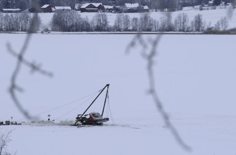 Heist opp: Etter noen dager på bunnen av Gjesåssjøen, ble løypemaskinen heist opp igjen.