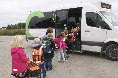 BUSSTILBUD: Fem barn søkte til Jara SFO sist høst. Det var så få at kommunen tilbød skyss med buss til SFO på Flisa. Da valgte foreldrene ESO i Mosogn, hvor bussen kjører dem hver dag etter skoletid. Om morgenen følger barna skolebussen som kjører forbi Mosogn grendehus. foto: Britt-Ellen Negård