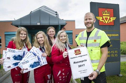 RUSSEPRIS: Inspektør i Statens vegvesen på Kongsvinger, Anders Roksvold sammen med «Vía Láctea»-jentene. Fra venstre: Rikke Larsen, Vilde Hamletsen, Linn Andersen og Vilde Finstad.