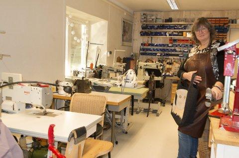 INNHOLDSRIKT: Åshild Kjelberg (58) er skomaker med mesterbrev. I løpet av to år har hun skaffet seg et rikt utvalg av utstyr for å kunne  reparere sko, vesker, lær og tekstiler i verkstedet hos «GodtSkodd» på Magnor.