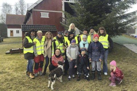 DUGNADSGJENGEN: De 13 kvinnene i «Uten en tråd», her med sine unge medhjelpere, byr på gjenbruksalg og kaffeservering i «loppis-snakkisen» på Eidskogen i helga.