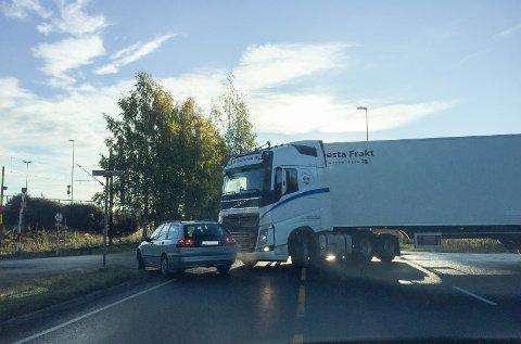 Fredag ved 8.30-tiden måtte bilene snike seg forbi lastebilen.