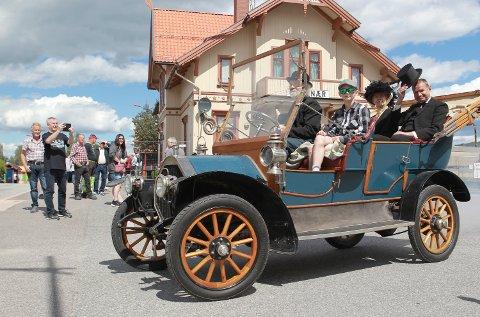 EKSOTISK: Her kommer en 1908-modell Humber som et svært eksotisk innslag i gatene på Kirkenær.