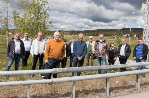 GLEDE: De lokale bompengeaksjonistene (fra venstre foran) Knut Enger, Frode Kristiansen og Hans Petter Aarstad smiler bredt for den tverrpolitiske enigheten om en pemanent bompenge-løsning i tråd med lokale ønsker. Politikerne er (fra venstre) Johan Aas, Arild Borglin Graven og Tor André Johnsen (alle Frp), Eli Wathne (H), Sjur Strand (Ap), Thor Ringsbu (KrF), Margrethe Haarr (Sp), Knut Hvithammer (Ap) og Morten Holmen (H).