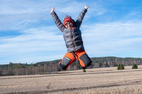 STOR GLEDE: Emil Øye (10) tok et høyt gledeshopp for å feire karantene-fri vinterferie.