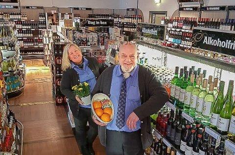 Butikksjef Monica Sørpebøl ved vinmonopolet i Kongsvinger, og ansatt Kai Øverby, byr på tips og påskestemning.