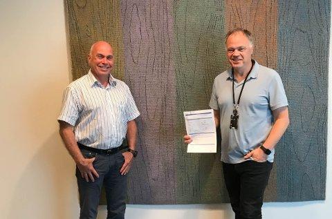 BYGGER UT: Tom Caspersen (t.v.), direktør for leveranse i Eidsiva Bredbånd, signerte kontrakten med ordfører Knut Hvithammer mandag.