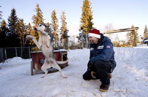 ALT FOR HUNDeNE: Lance Mackey trives sammen med hundene i Berserk kennel. – Det er på grunn av hundene jeg driver med dette. Konkurransene gir meg inntekter til å kunne ha hunder, sier han.