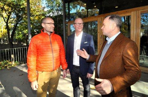 PERSONLIG OVERLEVERING: Regjeringen bevilger 1,2 millioner kroner i statsbudsjettet for 2019 til innglassing av verandaen på Bjerkebæk. For Olemic Thommessen (H), som selv har et personlig forhold til Unset-familien, er det spesielt gledelig. Her i samtale med Torger Korpberget fra Lillehammer museum og  Ketil Kjenseth(V).