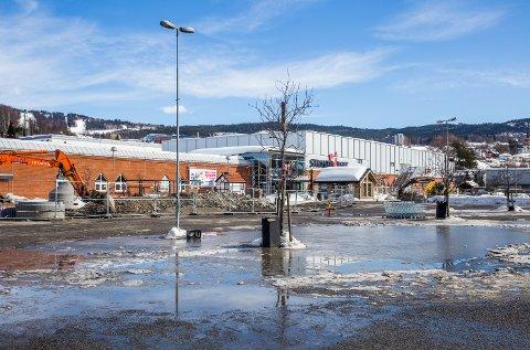 Store vanndammer under snøsmeltingen skaper trøbbel på parkeringsplassene ved Strandtorget i Lillehammer.