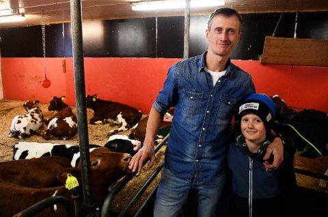 Ola Håkon Ourom (39) driver melkeproduksjon på Tretten. Edvard (9) og broren Olav sørger for at alle kalvene får navn.