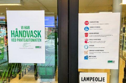 På vei inn i dagligvarebutikken Kiwi i Lillehammer sentrum blir det gitt tydelig beskjed om muligheten for å vaske hendene.
