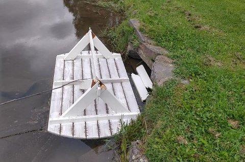 ØDELAGT: Bordet ble funnet ødelagt - slengt ut i badedammen.