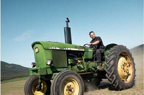 Terje Jonny Sveen i Heidal har sverget til ett traktormerke hele livet. Nå fronter han det i egen reklamefilm.