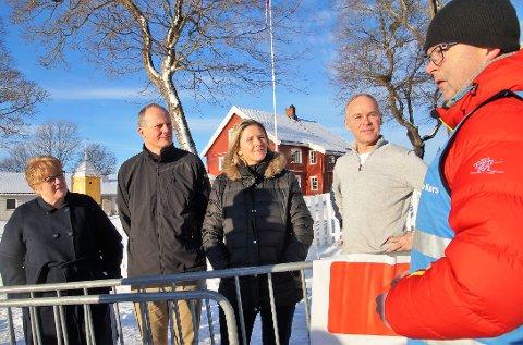 LYTTET: Samtlige politikere ga tydelig støtte til Røde Kors og deres arbeid. Alle kunne love av de jobbet for økt momskompensasjon til frivilligheten. Ole-Johan Dysthe fra Oppland Røde Kors fikk god tid til å argumentere for det viktige arbeidet de legger ned. Fra venstre: Trine Skei Grande (V), Ketil Solvik-Olsen (Frp), Sylvi Listhaug (Frp) og Jan Tore Sanner (H).