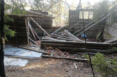 IKKE MULIG: Hytteeierne ønsker å rekonstruere hytta i Gamleveien 339 i Hakadal. Kommunen sier nei. En rekonstruksjon her vil være så omfattende at det vil regnes som nytt bygg. Verken nybygg eller å anlegge vei er lov i LNF-område.
