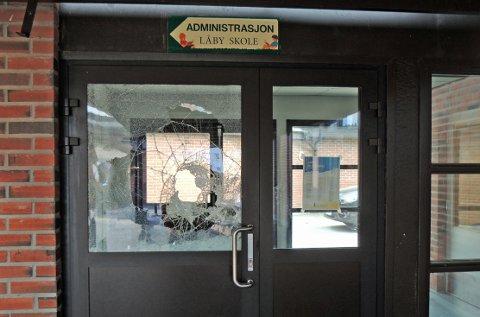 KNUST DØR: Ruten til en av inngangsdørene er knust. - Det eneste vi vet er at skadeverket er omfattende, sier rektor Rektor Kent-Arne Andreassen