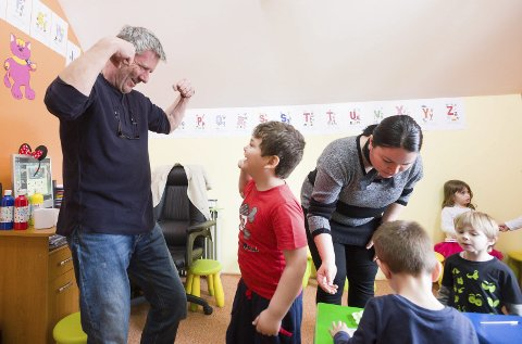 Koster å hjelpe: Her ser du Tom Andreassen forsøke å løfte humøret til en gutt på et av barnehjemmene i Romania. Slikt arbeid koster. Derfor er H2H ute etter flere sponsorer til laget sitt. Arkivfoto: Stein Johnsen