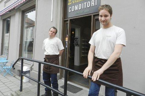 ERLANDSENS CONDITORI: Daniel Harboe (tv) og Kim Robin Johansen jobber på Erlandsens gjennom det sosiale entreprenørskapet Dagtida as, som de eier. Arkivfoto: Hanne Eriksen