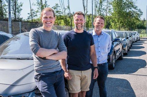 Bilene står i kø for å finne nye eiere. Norcar på Svinesund drives av en haldenser og en fra Fredrikstad. Frode Fjeldseth (i midten) holder orden på sjefer og økonomi, mens Joachim Haug (til venstre) og Øivind Buer henter biler ute i Europa.