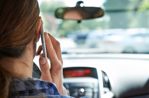 INGEN FORBEDRING BLANT UNGE: Stadig færre bruker mobiltelefonen under kjøring, men blant ungdommene holder tallene seg stabilt.