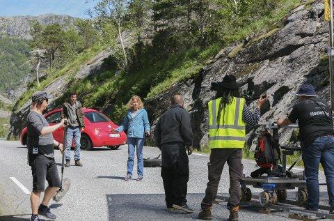 PÅ SETT: Filmen Mortal har vorte spelt inn blant anna i Odda, Kinsarvik, Hardangerbrua og Eidfjord. Her på sett med skodespelarane Nat Wollf og Iben Akerlie. Alle Foto: Bendik Heggen Strønstad