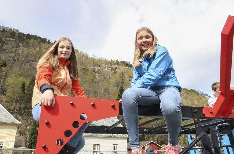 KOSER SEG: Kaisa Grønsdal (13) og Eirunn Hagen (13) synes det er kult å ha fått et nytt tilbud i skolegården. De var blant de første som fikk klatre opp i anlegget. alle. - Vi synes dette er utrolig kult. Det er blitt bra på skoleplassen nå, sier de to.