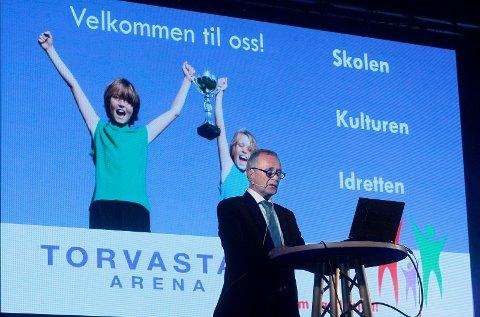 SJEFEN SJØL: Arne Haldorsen fikk stående applaus fra nesten 500 feststemte og takknemlige gjester i Torvastad Arena.