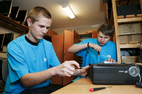 UTE PÅ SKOLE: En dag i uken er Emil Nes (17) (t.v.) og Jan Helge Naley såkalt «onsite». Det betyr at de er ute på en skole og løser praktiske IKT-utfordringer som er meldt inn via helpdesk. FOTO: ALF-ROBERT SOMMERBAKK