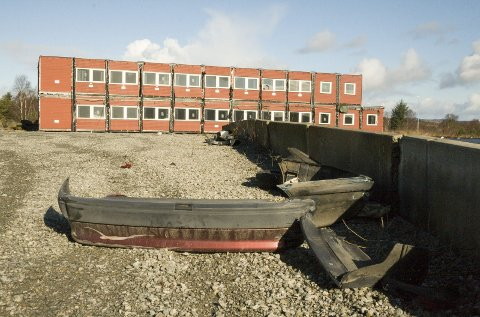 STØTFANGERE: På plassen ved brakkene i næringsparken ligger blant annet rester av flere støtfangere. Foto: Ruth Sunnanå Sveistrup