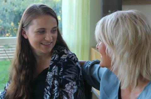 Lysere tider: Elina Haavik Dale (18) og mamma Inger Lise Haavik Dale gleder seg over innvilgnen fra Fylkesmannen.