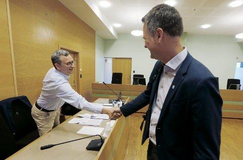 Tidligere brannsjef Tor-Inge Henriksen og kommunens personalsjef, Morten Meland, i tingretten tidligere i august.