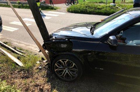 KRASJET: En bil har kjørt inn i en stolpe like ved Frakkagjerd stadion.
