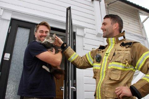 GJENFORENT: Pusebø er endelig tilbake i armene til eier Johannes Dale Husebø. Her sammen med brannkonstabel Asle Knappskog.
