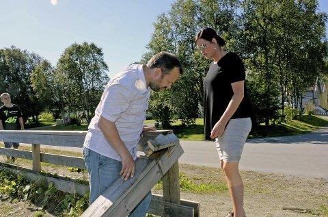 SKUFFEt: Øyvind Nordgaard og Mette Horsberg er skuffet over hærverket på banen på Olderskog. Foto: Pål Leknes Hanssen