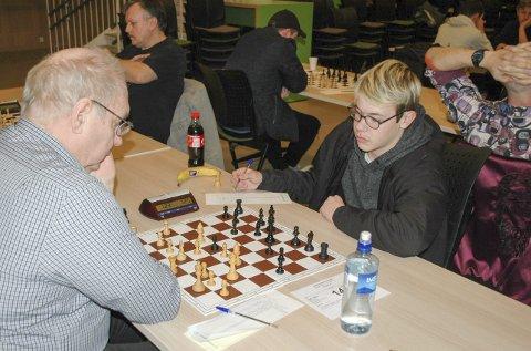 FØRSTE: Tobias Gotaas Hansen (12 år) vant mot Kjell Hjelle fra Bodø sjakklag og fikk sin første turneringsseier.