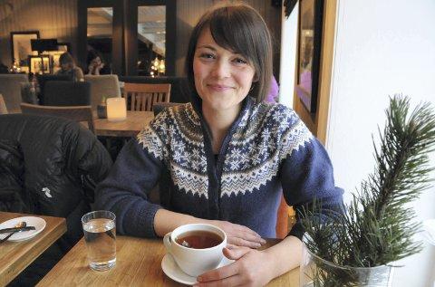 UT AV KOMFORTSONEN: Hilde Lorentsen trives på kafé, men slik har det ikke alltid vært. For lenge siden fikk hun diagnosen sosial angst, men den er borte etter mange års arbeid. Nå hjelper Hilde andre og skal forske på traumer.