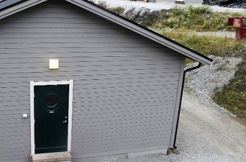 TOMME: Noe brukes til voksenopplæring, mens ett bygg brukes som lager. Ellers står de tidligere asylbrakkene tomme. Kommunen ønsker å leie ut byggene. Foto: Stine Skipnes